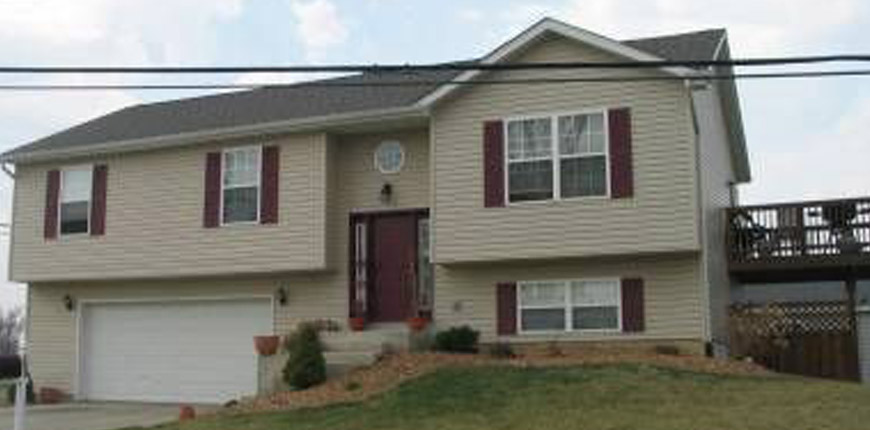 2 Car Garage, 2 and 1/2 Bathrooms, and Three Bedroom Split Level Home for Rent in Maryville IL